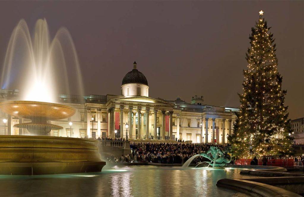 Sapin et chants de Noël sur le Trafalgar Square à Londres